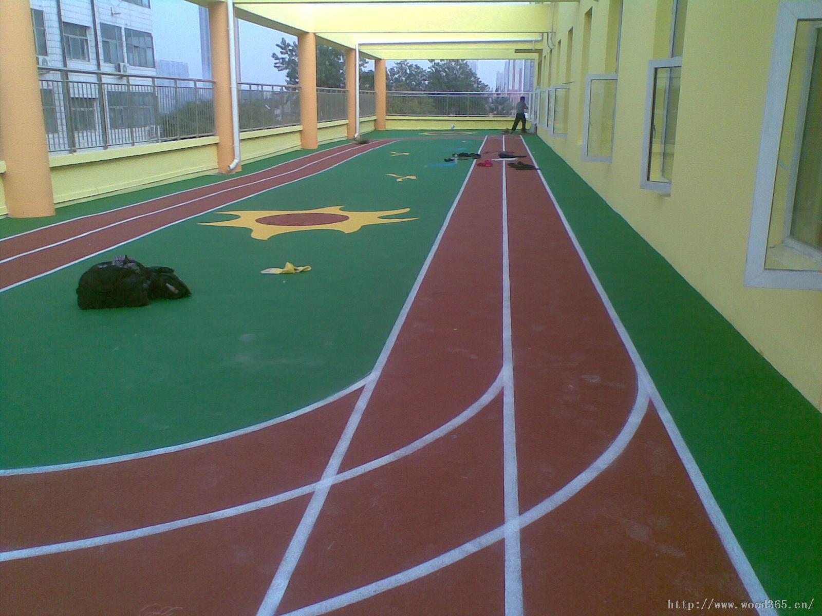 天域体育,尽享运动之美! 北京天域体育用品有限公司专业铺装幼儿园塑胶场地。质量上乘,信誉第一。所铺设的塑胶场地均达到国家标准。 幼儿园塑胶地面特点:1、色泽鲜艳2、颜色多样3、可拼各种图案4、减少活动伤害5、防滑防摔性能好,对儿童的安全起到了良好的保护作用6、维护简便.