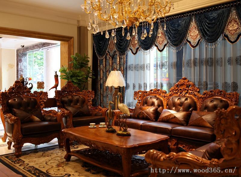 高贵奢华、传统古典,纯正的欧式家具本身有着独特的艺术品位和艺术风格,并且具有与生俱来的抽象感,它的手工雕刻工艺、一刀一锤之间流落的文化蕴涵,更是让人回味无穷,唏嘘不已。正是由于这样的历史文化,欧洲人向来注重高贵品质生活,迷恋着欧式古典的奢华,对高贵大气的欧式传统家具有着某种特殊的情结,并且挥之不去。