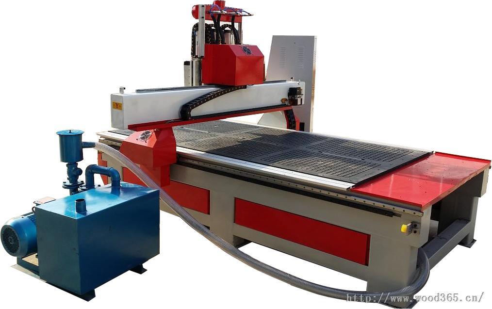 木工雕刻机机器特点  本机适合多元化复杂性产品加工或多样加工,用途广泛:可雕刻、钻孔、切割、侧铣、倒边等,主要用于切割与镂铣。 本款机型的各项机械、电器部件均为国际顶尖产品。如德国的真空系统及传动系统、日本的伺服驱动系统,意大利原装进口主轴。 斗笠式自动换刀系统、刀库容量8支,换刀时间仅需8秒。加工速度可达25米/分。 双轨双边传动机台,属重切削加工机型。 台面真空吸附,整板加工不需再锯切,即可上线切削,可省略模具的制作 ,其他机型可以定做。 木工雕刻机适用行业 家具行业、实木家俱、实木门、装饰材