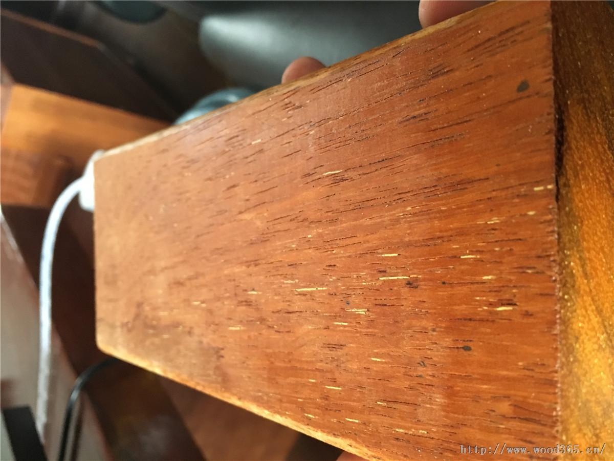 【名称】印尼菠萝格、正宗菠萝格、印尼菠萝格木材户外规格加工130-6160-6138 【特点】: 印尼菠萝格焊丝菠萝格木的一种,属于防腐木种类,材质硬,经常用于室外木作,例如室外木桥、木栏杆等,属于上等防腐木材。来自印尼,与马来西亚菠萝格比肩。 印尼菠萝格心边材区别明显,边材淡白色至灰白色;心材红褐色至淡栗褐色,具深色带状条纹。生长轮略明显。散孔材,管孔大小中等;单孔及短径列复管孔,内含物丰富。轴向薄壁组织明显,呈环管状、翼状、少数聚翼状和轮界状、木射线细、甚多;径面斑纹不明显,弦面波痕未见。木材有光泽,