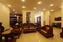 公司简介 鲁创红木成立于1999年,拥有现代化生产厂房20000平方米,展厅2000平方米,技术骨干300余人,同时在缅甸还建有木材加工基地,是一家集产品研发、生产、销售于一体的专业型红木家具企业。多年来一直致力于仿古红木家具领域的的研究与发展,具备了丰富的行业经验及品牌声望,拥有一支专业的管理团队及技术团队,已逐步成长为具有国际先进管理水平的现代化企业。 公司产品始终与国内红木家具水平保持同步,产品全部采用老挝红酸枝、缅甸花梨、非洲酸枝、非洲花梨等名贵优质原材料,经名师精雕细作而成,家具不但古风古韵,极