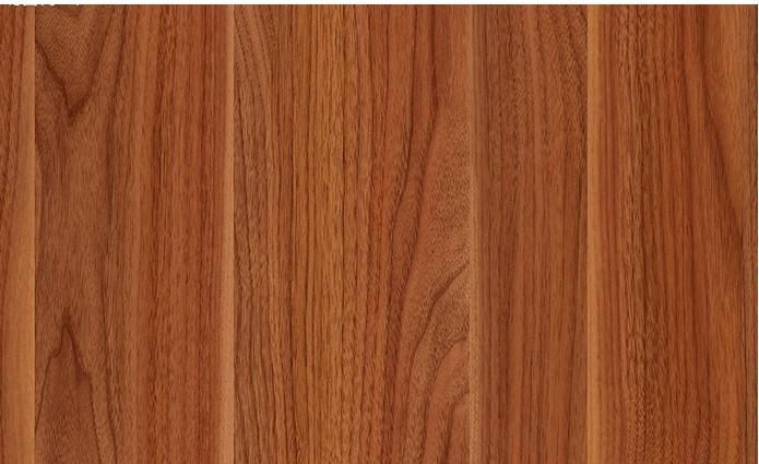 美国黑胡桃属胡桃科,阔叶木散孔材。管孔细少,切面光滑,材质细腻,易于雕刻,气干密度0.66-0.69克/立方厘米。这是一个堪称完美的密度。黑胡桃树可长至150英尺高,齐胸处的直径达2-4英尺(0.6-1.5米)。70-100英尺(1英尺 = 0.3048 米,2130米)的高度比较常见,树干上下的直径也相比均匀一致。生长周期可达上百年。 美国黑胡桃木的表层木质为奶白色,心材呈浅棕至棕黑色,只有中间的木材波纹状或曲线形木纹具装饰作用的图形,出材率相比其他木材较低,不到30%。 纹理和色相 黑胡桃的魅力首先