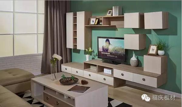 生态板吊柜似乎总与电视柜形影不离,电视柜一侧为立柜或书柜,墙