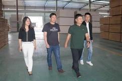广西柳州鹿寨县政府领导到桥牌生产基地走访调研
