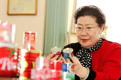 她55岁仪表厂�退休,靠易拉」罐起家,公司年收入105亿