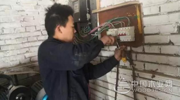 """打赢蓝天保卫战!天津双街镇依法取缔 """"乐友木业""""加工点"""