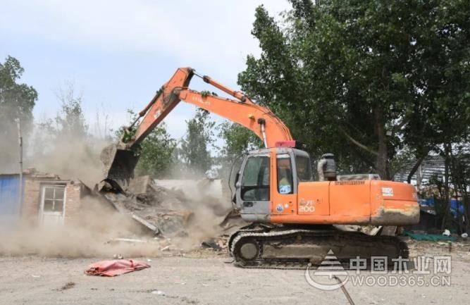违法违规!文安400余户劈板厂被拆除