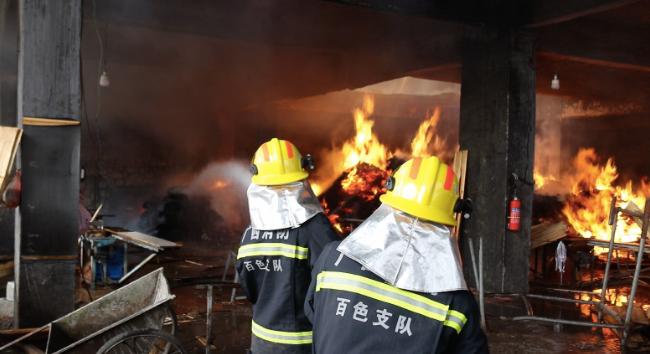 广西百色隆林一木材加工厂突发火灾