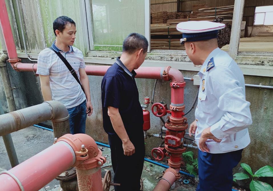 海南琼中消防救援大队对辖区木材加工厂开展消防安全专项检查