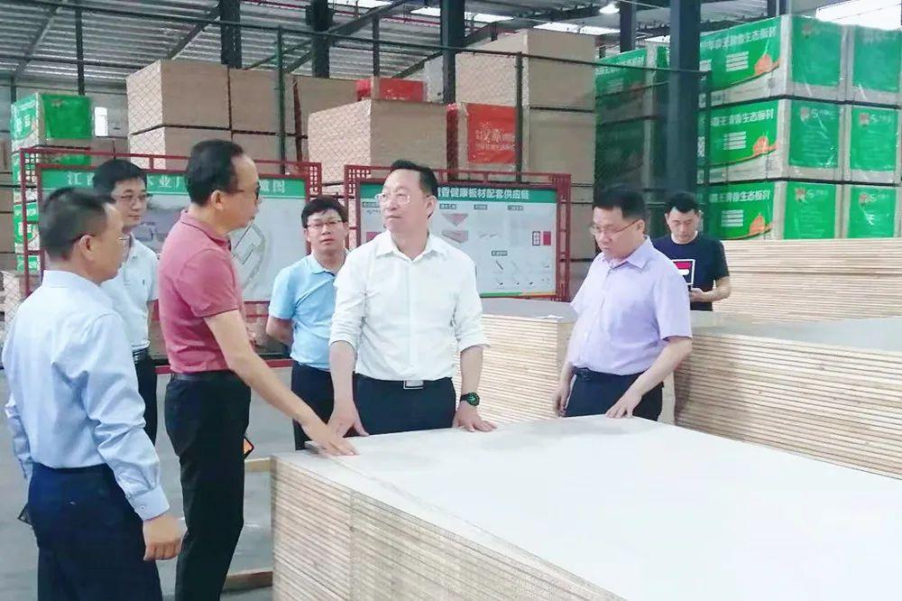 广西来宾市市委常委李振品率队赴江西赣州考察木材加工业