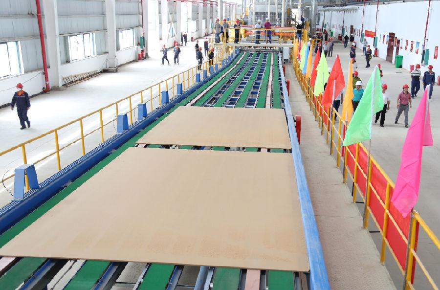 广西第 一条低密度超厚纤维板生产线投产