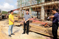 广西钦南区区长胡�G调研进口木材加工园