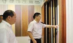 广西贵港市港南区委书记到工业园区调研木业企业发展