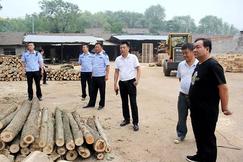 湖北赤壁开展清理木材市场行动