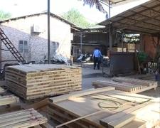 广东西樵镇多家高压线下木材加工厂被强制停电